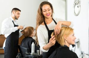 Strzyżenie włosów w salonie fryzjerskim fryzjer1